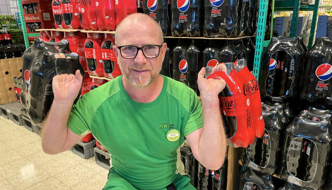 Vidar Iversen ved Kiwi Sundehjørnet er klar for å gå i bruskrig med svenskene. Kiwi var først ute med å kutte prisene på sukkefri Coca cola og Pepsi Max, men de andre kjedene har fulgt etter.