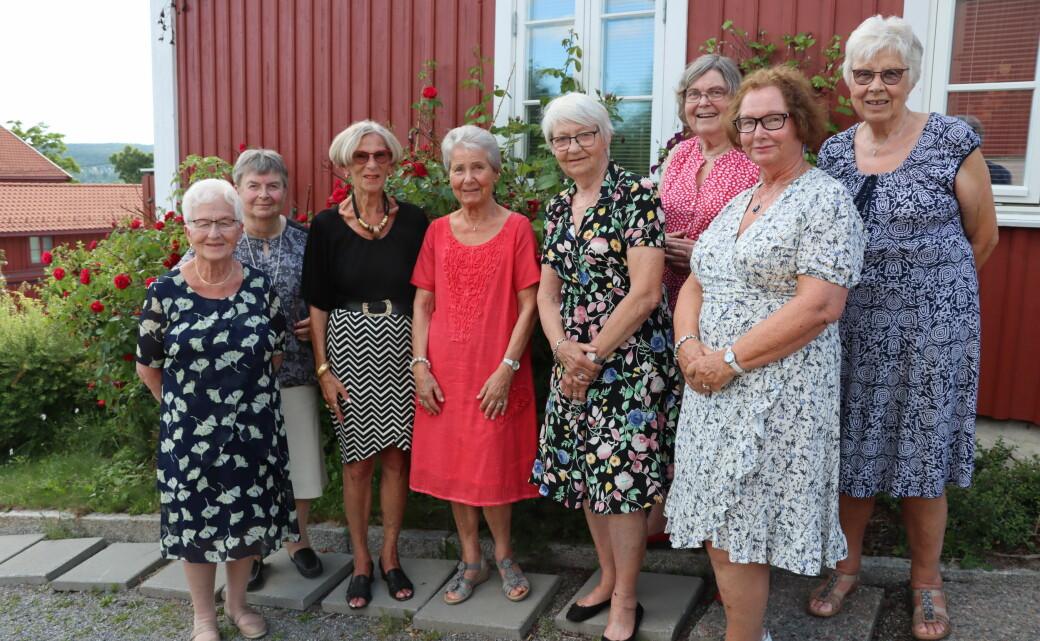 Solveig Kvernbakken (t.v.), Bjørg Dagfinrud, Marit Langbråten, Lise Krabseth, Britt Walby Torgersen, Runa Bye, Sidsel Arntzen og Kari Bratlie møttes hjemme hos sistnevnte, etter først å ha spist ute.