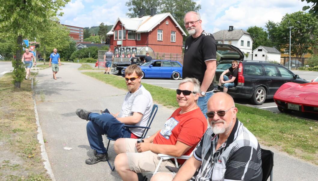 Dan Patrick Rudshagen (t.v.), Morten Lund, Nils Ove Rudshagen og Rune Jullum likte kortesjen som gikk gjennom byen. Deres egne biler lot de stå på parkeringsplassen.