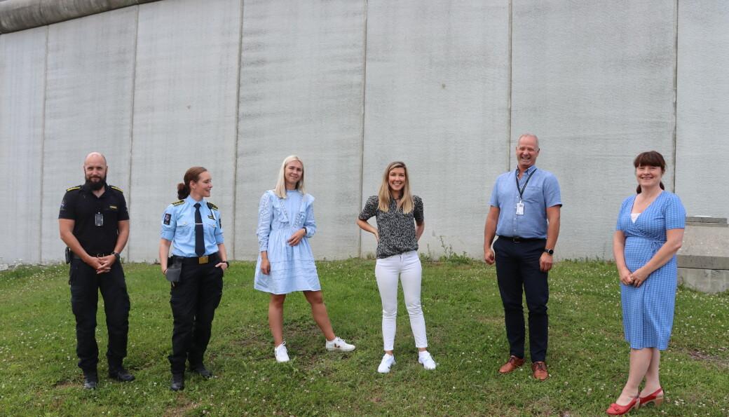 Bak disse murene på avdelingen for høy sikkerhet på Vardåsen, ønsker både ansatte og politikere utbygging. Dette i kjølvannet av fengselsplasser som kan flyttes ut av Oslo. På bildet: Lokasjonsleder høy sikkerhet Stefan Lystadmoen (t.v.), fengselsbetjent Bente Aanerud, fylkestingrepresentant Gjertrud Nordal (H), Anna Molberg (H), enhetsleder for lavere sikkerhet Ola Busterud og Eli Wathne (H).