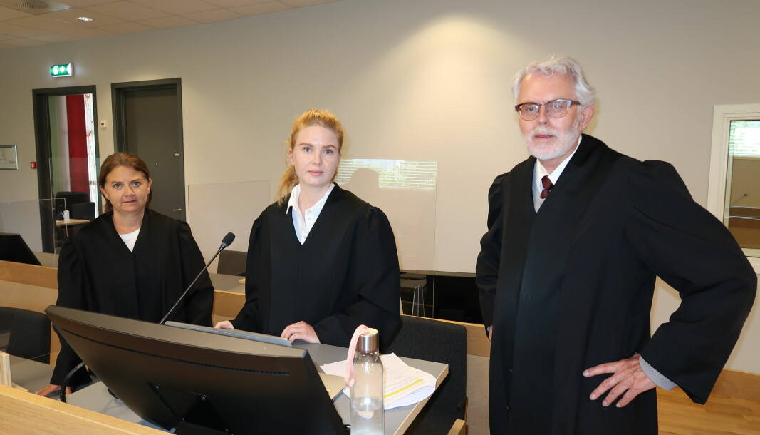 Politiadvokat Anja Ruud påsto fengsel i to år for mannen som for tredje gang sto tiltalt for mishandling av sin samboer. Nå har Romerike og Glåmdal tingrett avsagt dom i tråd med påstanden. Her er hun flankert av bistandsadvokat Siri Brænden (t.v.) og forsvarer Ove Herman Frang.