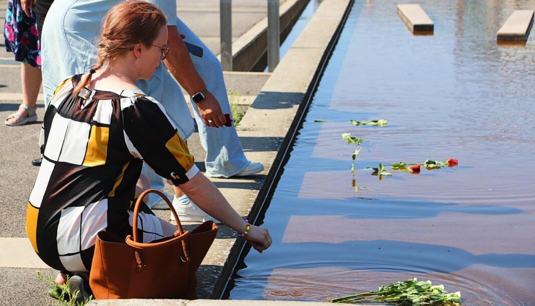 Elisabeth Sidselrud Christiansen fra Kongsvinger overlevde terrorangrepet på Utøya. Torsdag la hun ned roser i vannspeilet på Rådhusplassen for å minnes de drepte.