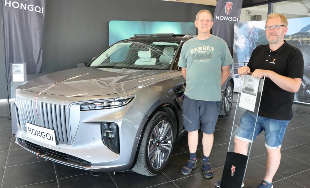 Sten Reimer (t.v.) er førstemann til å kjøpe Hongqi på Kongsvinger. Her sammen med selger Ronny Cato Nilsson.
