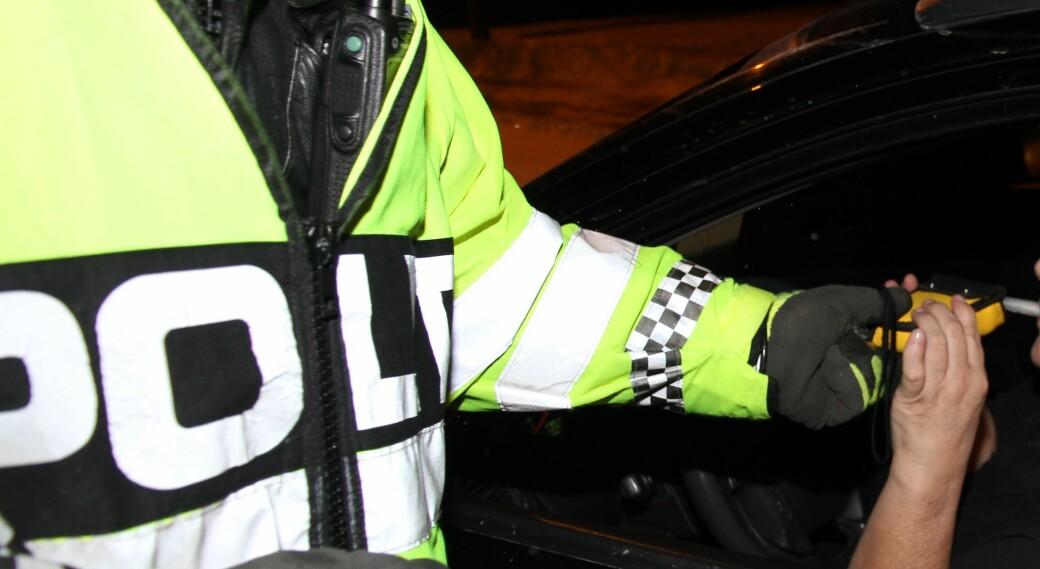 En mann som ble tatt for promillekjøring og diverse andre brudd på vegtrafikkloven i fjor høst, slipper å sone i fengsel om han deltar i et program mot ruspåvirket kjøring.