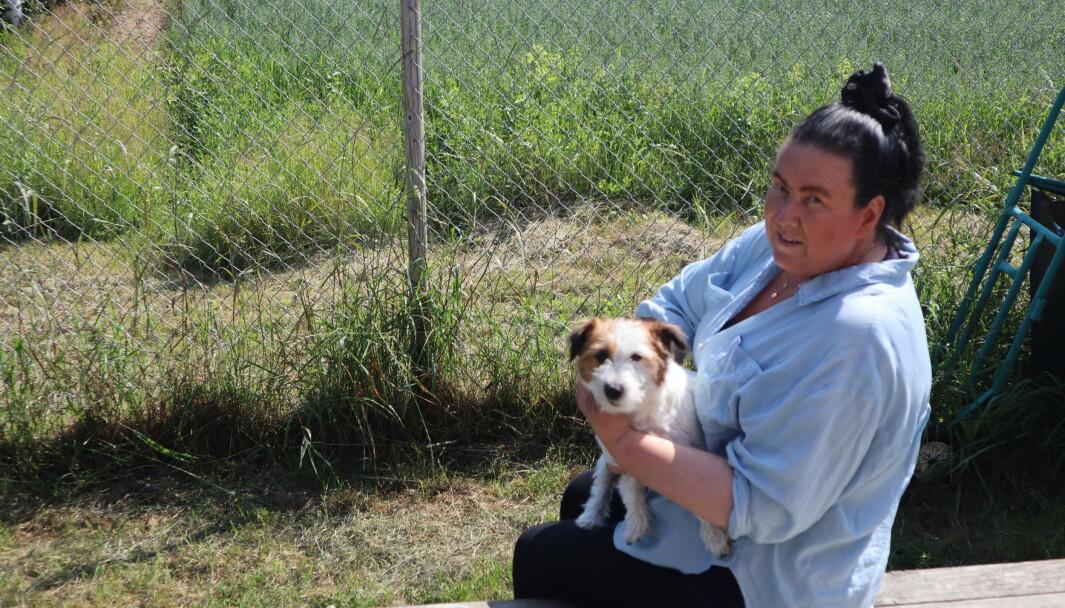 Mona Skullerud med en av gjestene ved hundehotellet