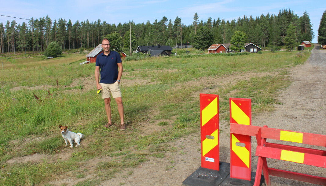 På denne gården, bare et kort steinkast fra riksgrensen mot Sverige, bor Emil Skoglund og familien hans. Beliggenheten gjør at det er lettere heller å dra bredbåndskablene over grensen enn å dra de igjennom skogen fra Norge.