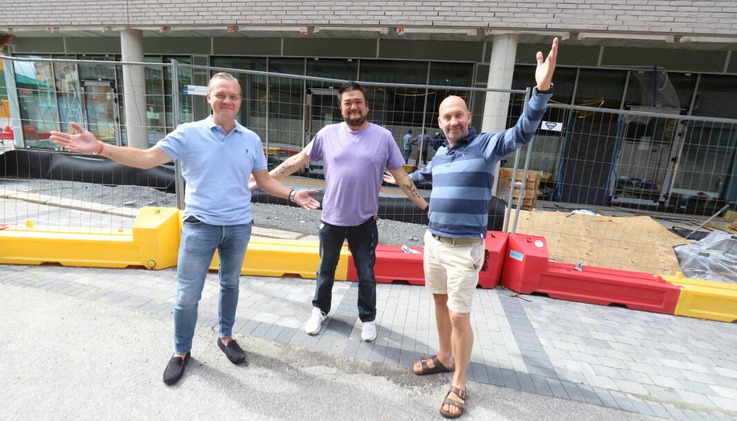 Emil Andreas Mokkelbost Engh (f.v.) Frederick Car Loo Chi og Henning Kjøk kan endelig røpe hvilken restaurant som skal inn i Haugekvartalet. 1. november åpner Schøyens Grill & Bar.