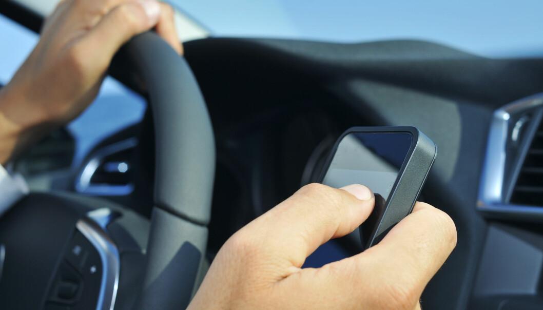 En mann må møte i retten etter at han nekter å vedta en bot for mobilbruk under bilkjøring.