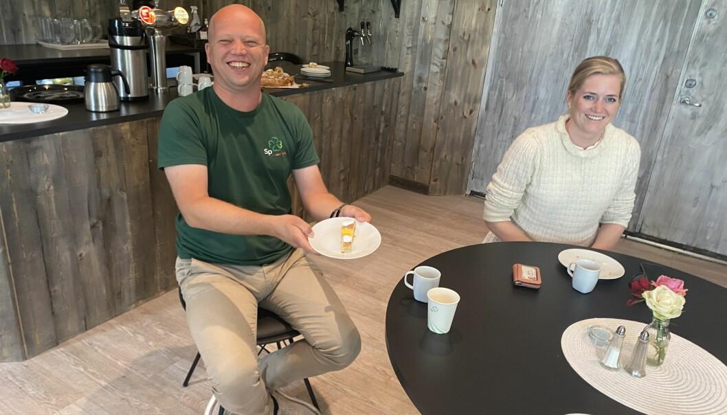 Senterpartiets statsministerkandidat Trygve Slagsvold Vedum trives med kaffebesøk på bygda, men ville gjerne ha fram at han klarer å motstå fristelsen på alt bakerverk han får tilbud om. Her sammen med den lokale Hedmarks-kandidaten Emilie Enger Mehl på Brandval lørdag.