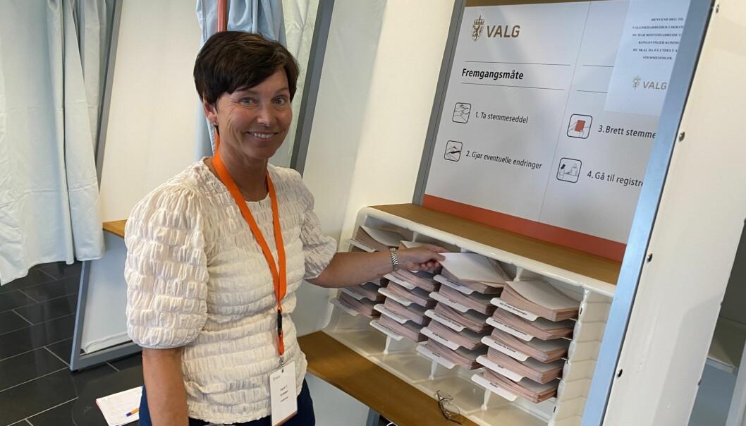 Karin Teigum Arnesen er kommunens ansvarlige for forhåndsstemming til høstens valg. Fra tirsdag kan folk gjøre unna borgerplikten i biblioteket i Kongsvinger.
