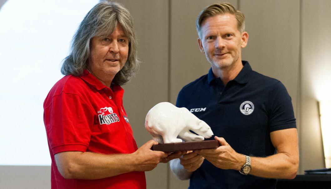 Ishockeypresident Tage Pettersen (t.h.) overrakte Isbjørnen til Stein Ove Skarnes.