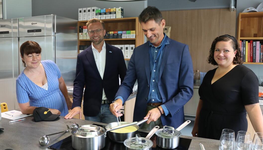 Bela Szabo fra Ungarn endte opp med å bli sauseksperten hos Salsus på Kongsvinger. Her lager han saus for varaordfører Eli Wathne (t.v.), kommunal- og moderniseringsminister Nikolai Astrup og ordfører Margrethe Haarr.