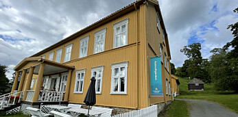 Får ikke henge banner utenfor Aamodtgården: – Virker underlig