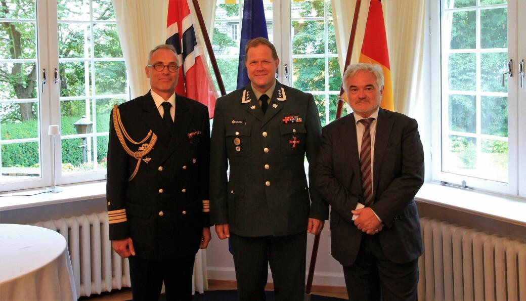 Bjørn Gaute Herlyng fikk sin desidert mest prestisjefulle utmerkelse på den tyske ambassaden i Oslo fredag. Med på bildet er den tyske forsvarsattacheen til Norge, kommandørkaptein Marcus Nolte til venstre, og den tyske ambassadøren til Norge Alfred Grannas til høyre.