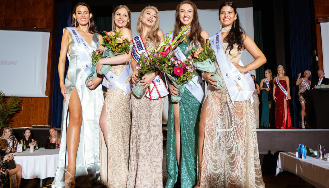 Missekonkurransen ble avsluttet lørdag. 2. plass Angelika Catharina D. Kristiansen (t.v.), 4. plass Julie Dahlen Børresen, Miss Norway 2021 Nora Emilie Nakken, 3. plass Amine Storrød og 5. plass Stephany Gabriela Crespo La Rosa.