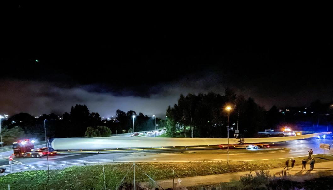 Nattens spesialtransport hadde en lengde på tilsammen over 80 meter. Vingebladet alene er over 70 meter. Likevel kom det seg greit gjennom rundkjøringen ved Dunderdalen og ut på E16.