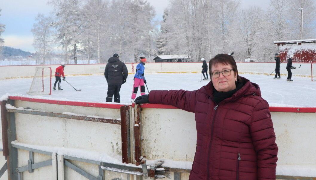 Lise-Mette Bekkengen, leder i Austmarka Utvikling, kan glede seg over at kommunen gir tilskudd til lys på skøytebanen. Det er idrettslaget som står bak søknaden som er innvilget.