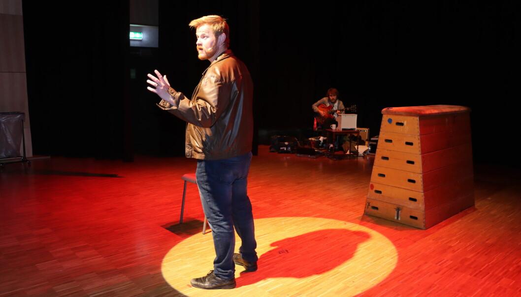 Sten Bjørge Skaslien Hansrud holder monolog gjennom hele stykket med musiker Krister Skadsdammen i bakgrunn.