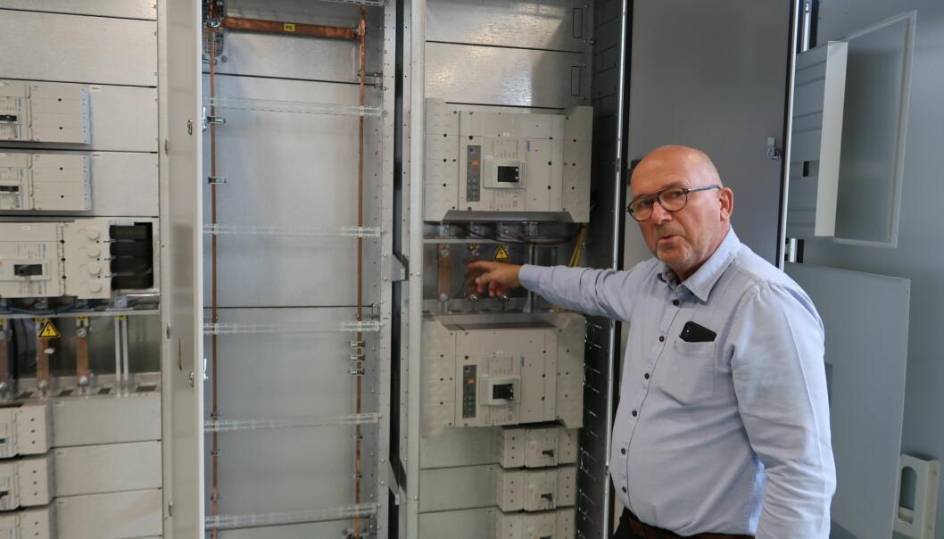 Per Rapstad er daglig leder, gründer og deleier i Kongsvinger-bedriften Aura Electric AS. Her viser han fram en elektrotavle som er hovedproduktet. En tavle er et