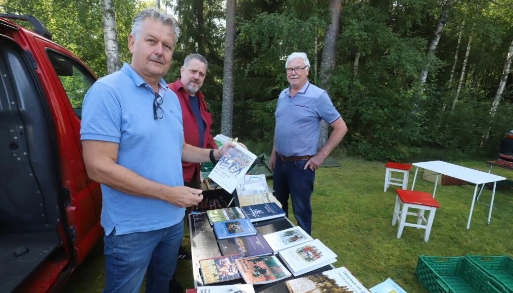 Brødrene Stian Gulli Hansen (t.v.) og Kjetil Gulli rasket med seg det meste av lokalhistoriske bøker Ragnar Grinden hadde med seg på Granli Markedet.