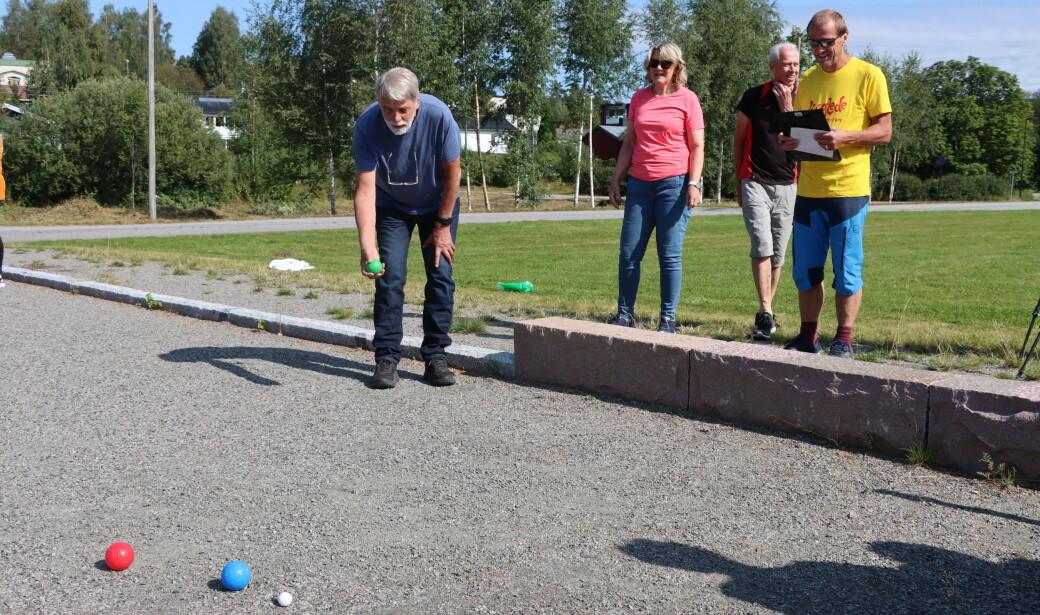 Odd Hauger (t.v.) forsøker å komme nærmest hvit ball. Grete Fasting Bakken og Johan Helland venter på tur. Rolf Nordberg i gult er dommer.