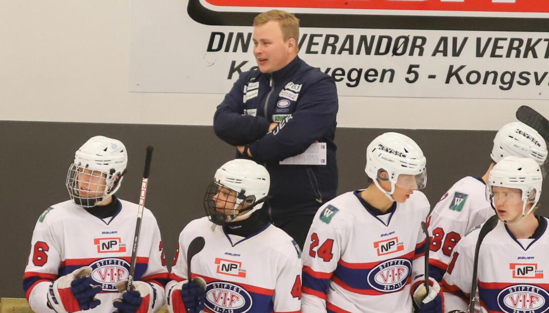Simon Stolt Wang har etablert seg som et trenertalent, og lever av ishockey på heltid.
