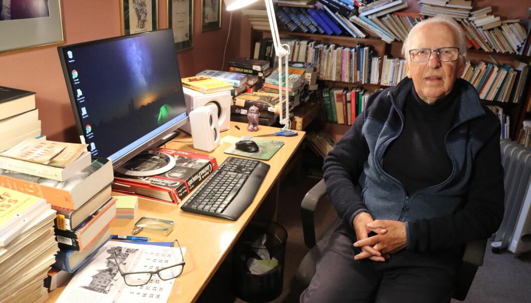 Ronald Grambo har et yrkesliv som journalist, lærer og førsteamanuensis på universitet bak seg, i tillegg til mange bøker hjemme hos seg.