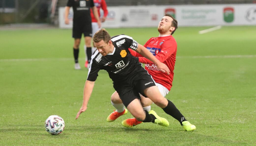 Petter Linstad (svart drakt) og Vinger FK hadde mange tøffe dueller mot Martin Løvåsen Blakset og KIL Fotball. Kampen handlet om å være nest best i byen, men kampen endte 2-2.