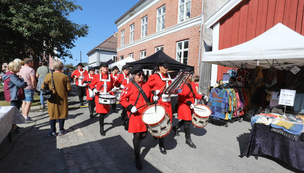 Drum Ladies var selvsagt på plass. De hadde en kort stopp på Herdahlshjørnet, før de marsjerte videre.
