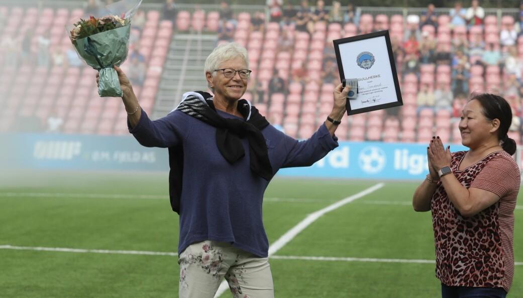 Irene Svendsrud (t.v.) ble overrakt Kongsvinger ILs gullmerke av styreleder Jannicke Stenberg Mykkestue.