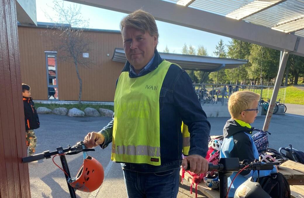 Slike elektriske sparkesykler finnes det stadig flere av også ved Marikollen skole. Assistentlærer Ivan Boger ser stadig flere av denne varianten ved skolen.