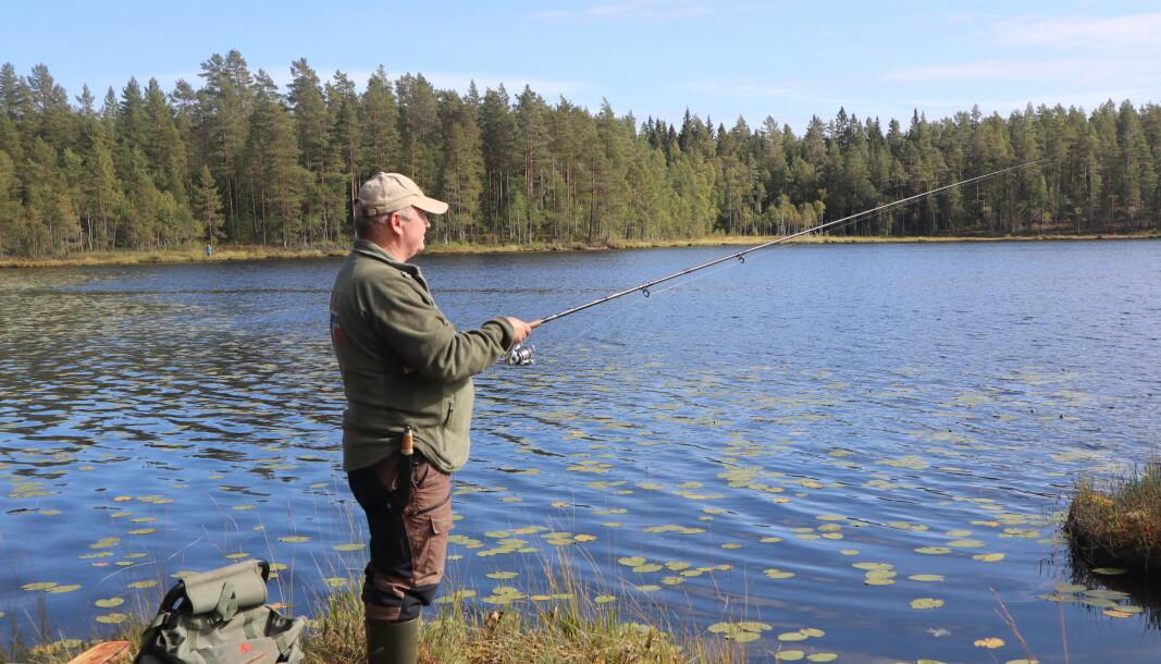 Gjermund Seigerud fra Brandval jeger og fiskeforening prøver å lure fisken i Abbortjern på Øyermoen
