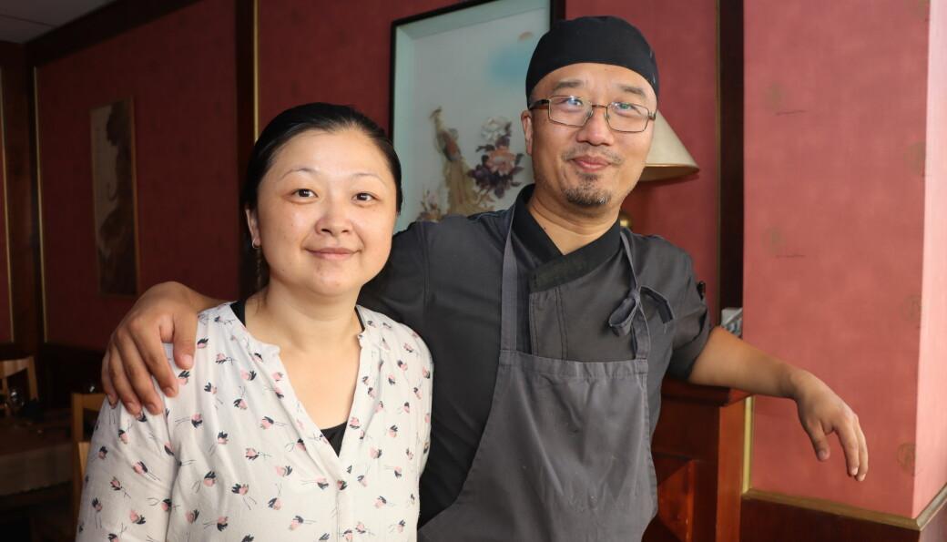 Ekteparet Yan Chen (t.v.) Guang Ma satser sammen på Kongsvinger, med bakgrunn fra hvert sitt kjøkken.