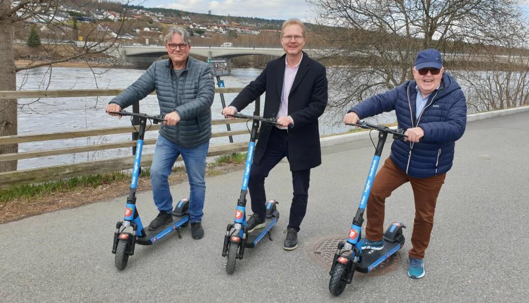 Johan Aas (t.v.) savner sparkesykkelen sin. Her sammen med partikolleger Tor André Johnsen og Kjell Arne Hanssen.