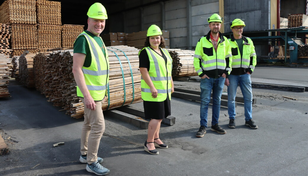 Stortingsrepresentant Sigbjørn Gjelsvik (Sp), ordfører Margrethe Haarr, fabrikkdirektør Arne Inngard Melby og driftssjef Atle Vestlund ser på den nye fabrikken på Biozin med spenning. Det kan også komme Kongsvinger tilgode.