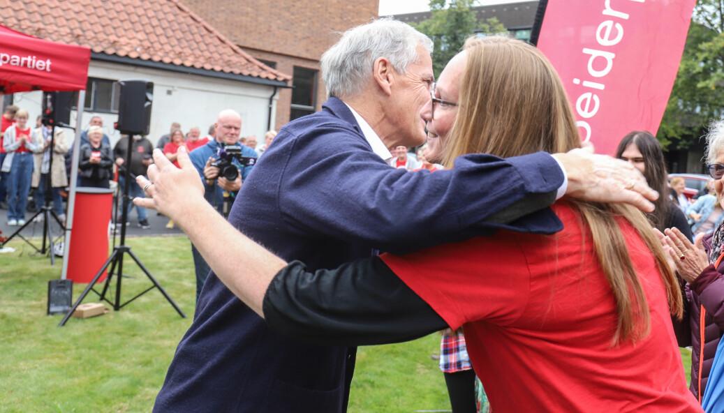 Jonas Gahr Støre ga Lise Selnes en god klem da han kom til Kongsvinger for å avslutte valgkampen lørdag.