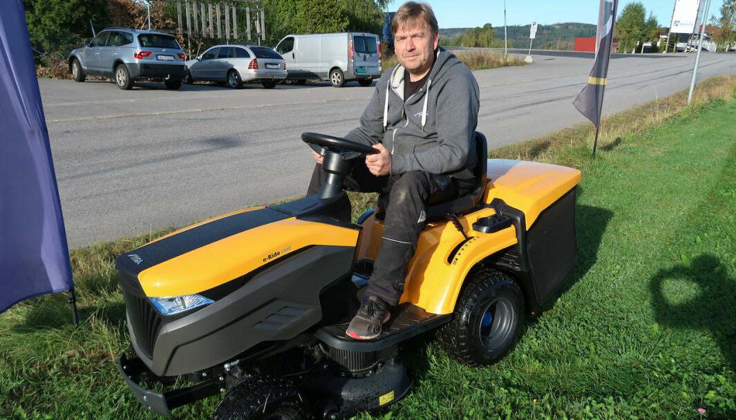 Kent Magnusson i Spare AS på en batteridrevet sitteklipper. Batteridrevne produkter overtar gradvis for klippere med forbrenningsmotor.