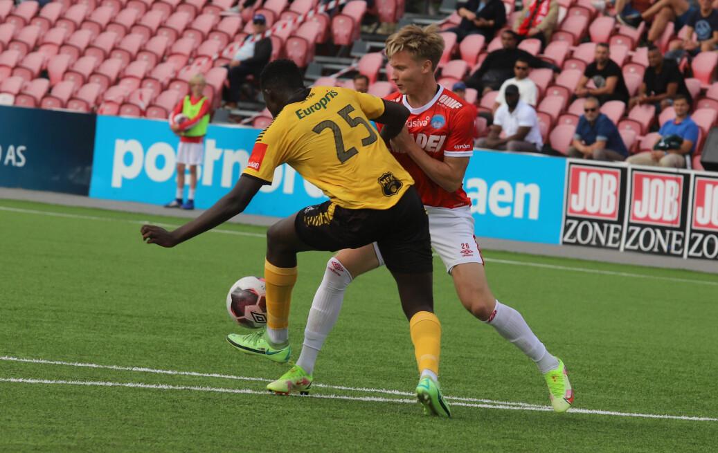Oskar Wang, her i duell med en spiller fra Moss, scoret det som må bli årets mål på Elverum stadion mandag kveld.