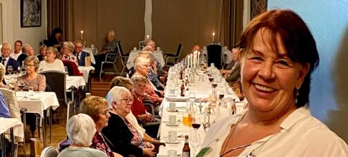 Her møttes 140 eldre på middag