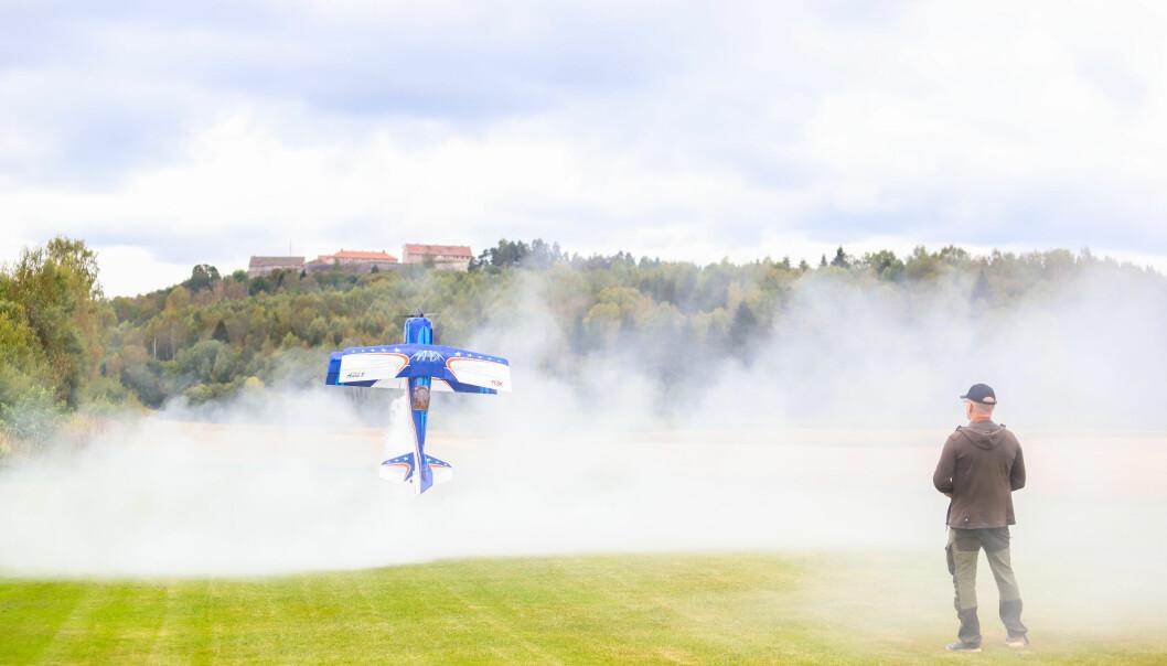 Brannmannen Jarand Nybakk får ikke nok av røyk i jobben. I modellflyet sitt har han en egen røykmaskin.