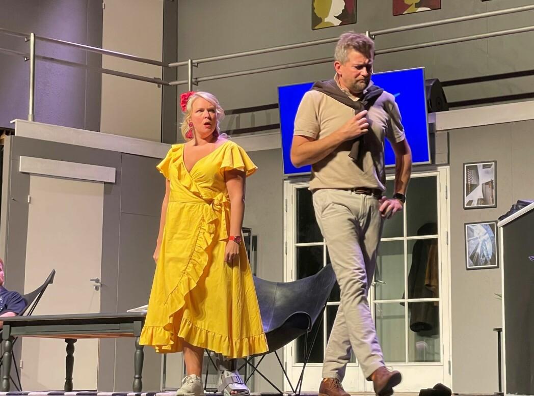 Belinda Mellum og Espen Furuseth spiller hovedrollene i komedien Boeing Boeing som spilles på Rådhus-Teatret om dagen.