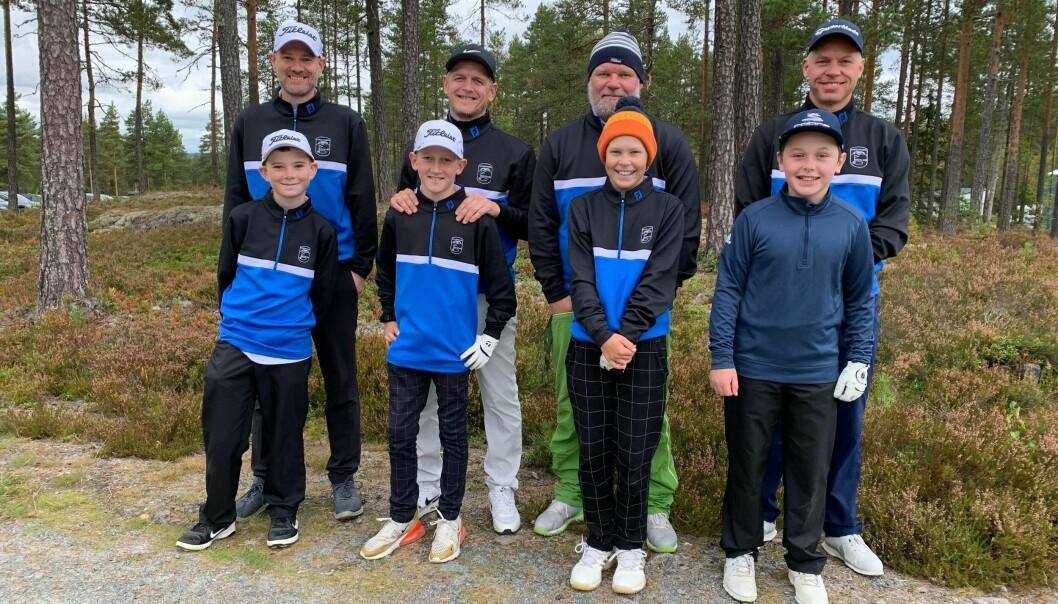 Magnus Snare Bakke (foran t.h.) fra Kongsvingers Golfklubb vant Mix-12-klassen. Hans Oskar Andreassen, Martin Biagi og Mikkel Buberg deltok også. Bak står stolte fedre.