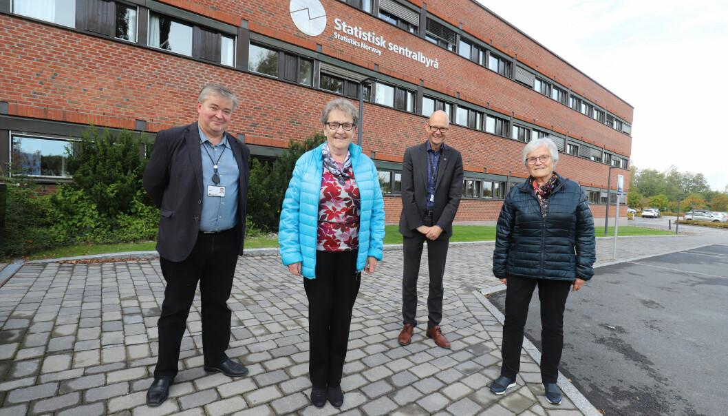 Birgit Sandberg (t.h.) og Oddlaug Dahl fikk jobb hos SSB da byrået etablerte seg i Kongsvinger for 60 år siden. Avdelingsdirektør Per Morten Holt (t.v.) og administrerende direktør Geir Axelsen gir de to damene mye av æren for at SSB i dag har over 350 medarbeidere i Kongsvinger.
