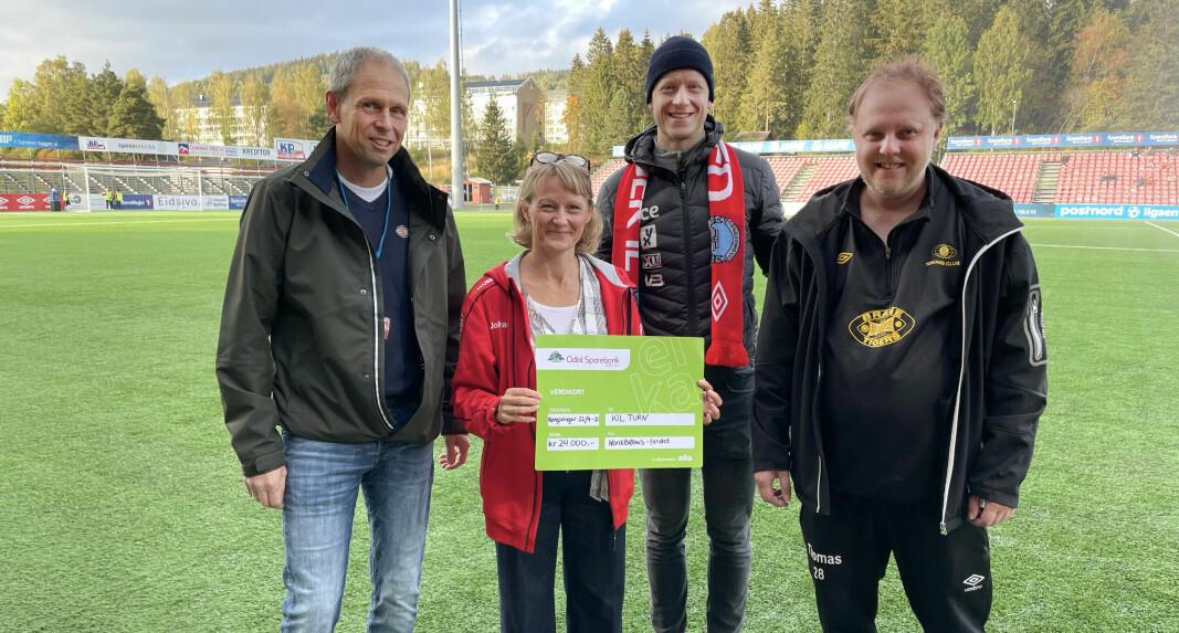 Tore Fløiten (t.v.) og Johannes Thingnes Bø delte like godt ut to sjekker fra NordBØhusfondet. Gry Høgberg, styreleder i KIL turn, og Thomas Fredriksen, spiller på Brane Tigers, var glade mottakere.