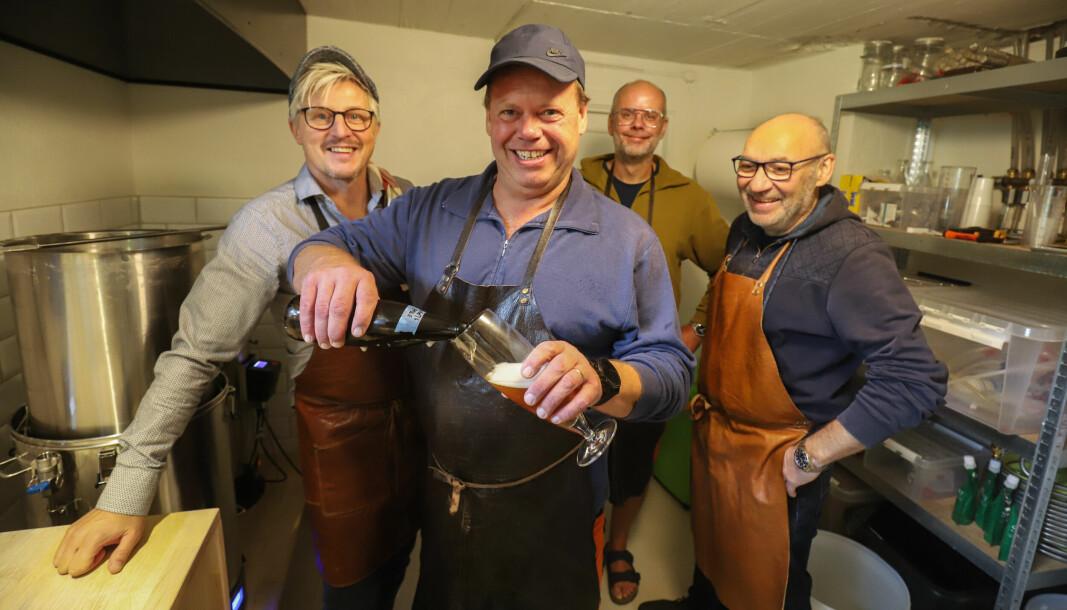 Øystein Hagen skjenker egetbrygget øl i glasset. Sammen med Geir Nøsterud (f.v.), Frode Kristiansen og Rune Larsen utgjør han Humlekjelleren.