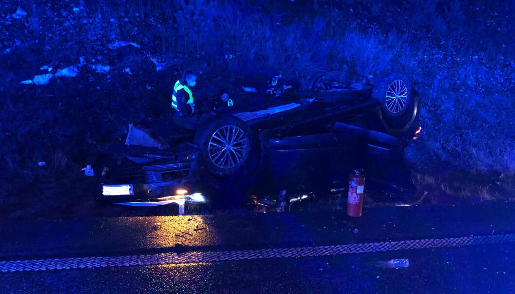 Ulykkesbilen havnet på taket, og det er store skader.
