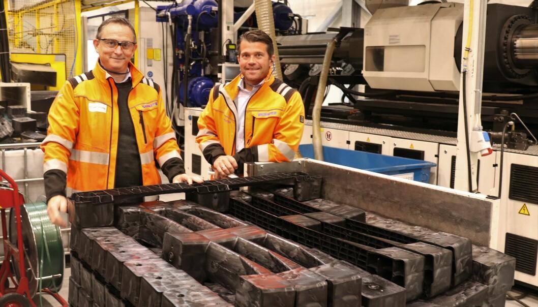 Produksjonssjef Bent Rode-Christoffersen og administrerende direktør Erik Platek med resirkulerte pallebein.