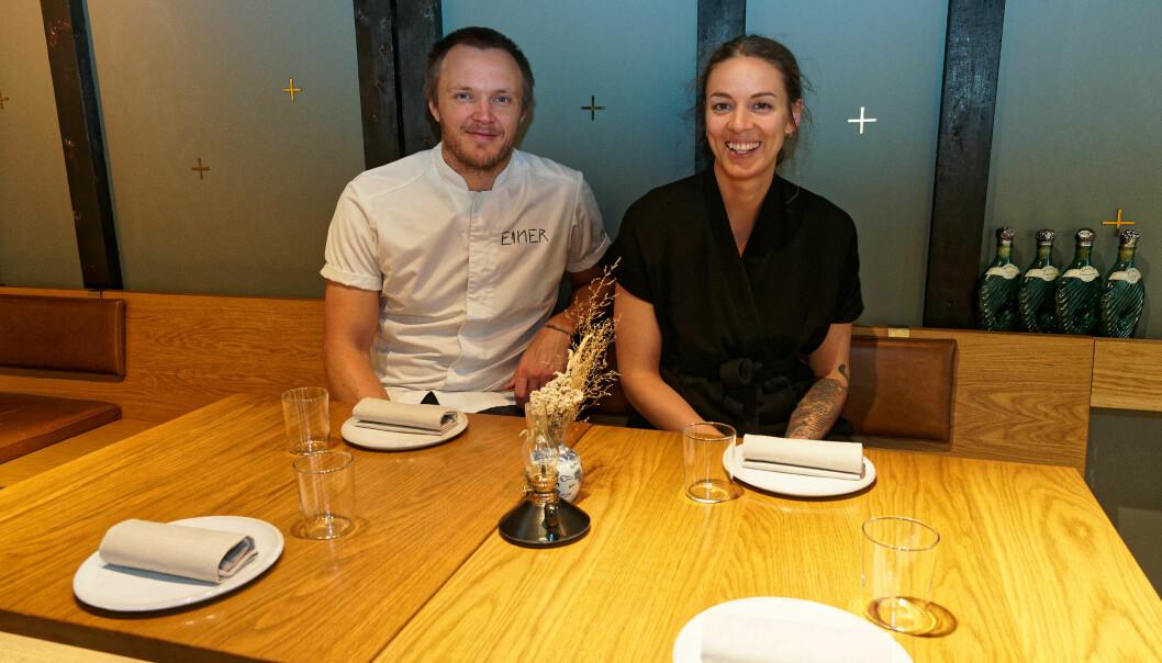 De som setter seg ned på Restaurant Einer, får informasjon om grønne løsninger og valget mellom meny med og uten kjøtt og fisk, men de skal ikke belæres, sier Svein Trandem og Sara Johansson.