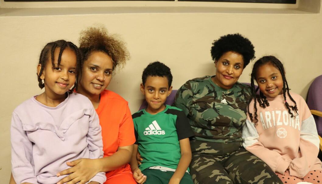 Solyana Deso (t.v.), Ruta Tesfalen, Nahon Filimom, Hergu Manna og Diana Manna er blant dem som får mye glede ut av språkkafe i Kongsvinger.