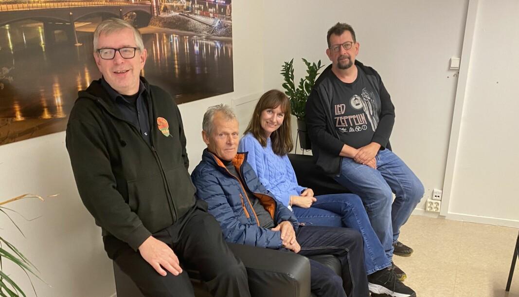 Øivind Roos (t.v.) og Lars Ovlien plasserte gjestene Tor Solbergseter og Stine Raaden i sofaen.